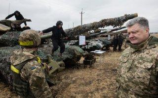 На Украине девушка-солдат упала в обморок, услышав речь Порошенко. ВИДЕО